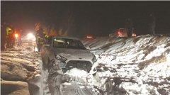 轿车失控扎进2米深雪沟 公益救援